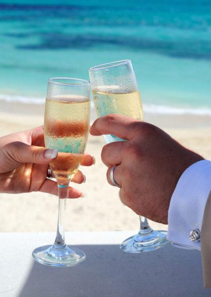 Свадебная фотосессия на море: лучшие позы и идеи